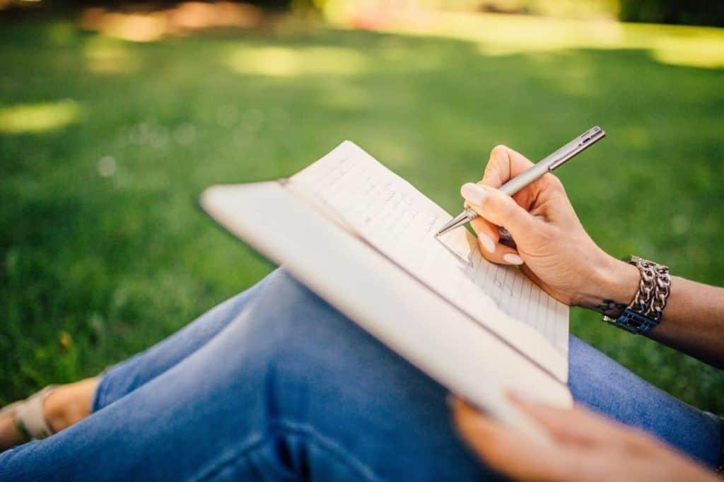 Ob Hobbys in einer Bewerbung angegeben werden sollten, hängt in erster Linie vom Alter der Bewerberin und der Stellenrelevanz der Hobbys ab.