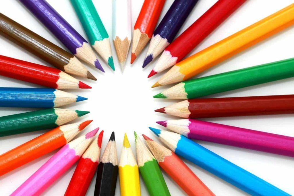 Der Lebenslauf einer Bewerbung ist so vielfältig wie das Leben: Buntstifte zeigen diese Vielfalt.